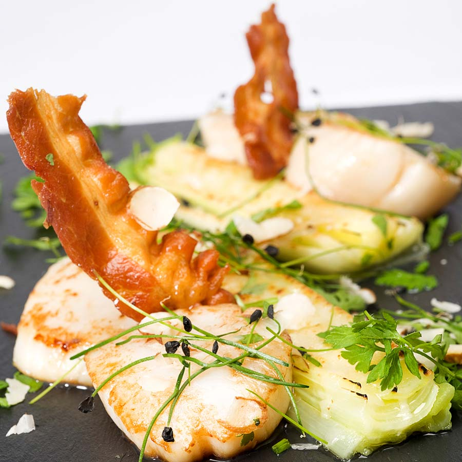 <em>Hand Dived Orkney Scallops w Leeks & Bacon</em>