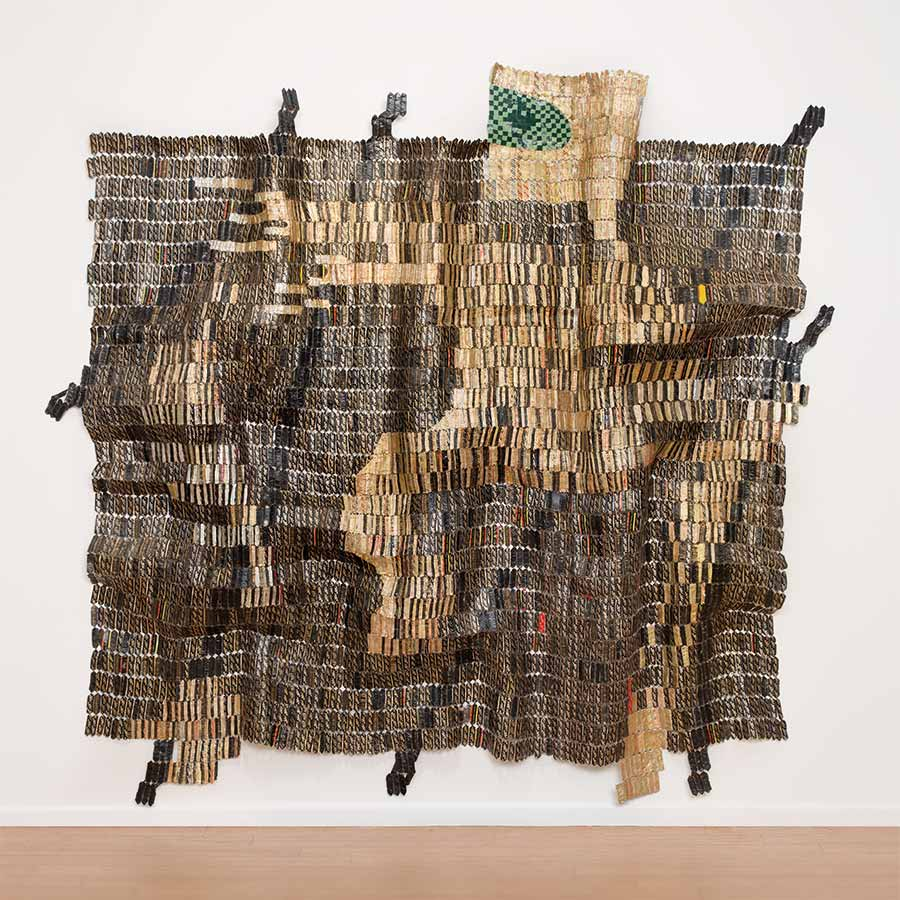 <strong>El Anatsui</strong><em>Warrior</em> (detail), 2015.Aluminium and copper wire,315 x 350 cm